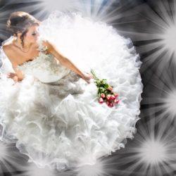 Frau in Brautkleid mit Rosenstrauss