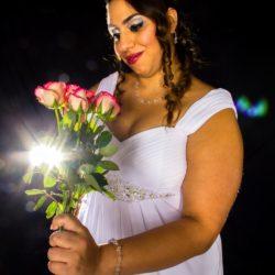 Frau in Brautkleid Größe 54 mit Rosenstrauß