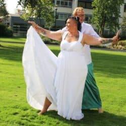 Brautpaar auf der Wiese