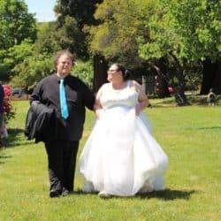 Brautpaar beim Spaziergang