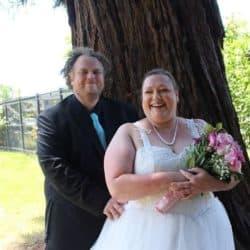Brautpaar unter einem Baum