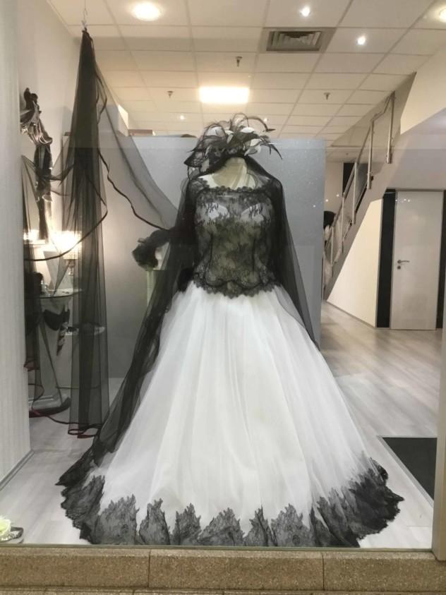 schwarzweisses Brautkleid aus Tüll